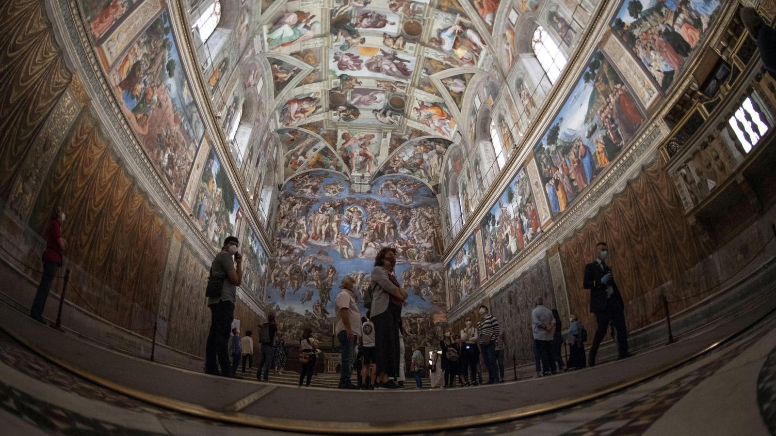 Una inusual Capella Sixtina rep els primers pocs visitants en el primer dia de reobertura dels Museus Vaticans