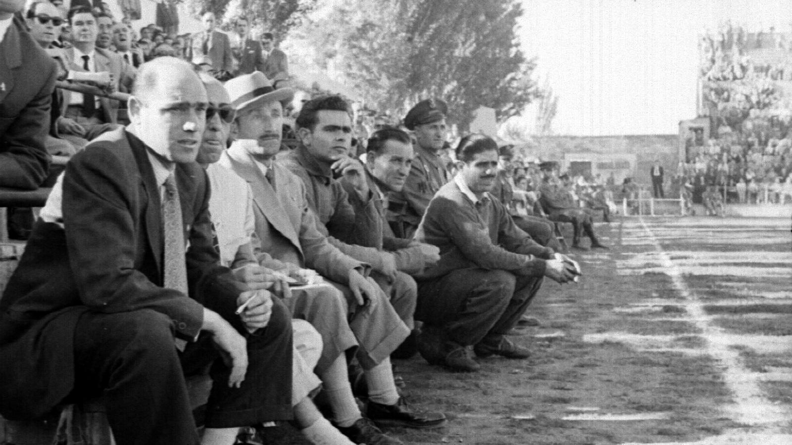 Lecube, tercer per l'esquerra amb Barret, assegut a la banqueta del Camp d'Esports de Lleida