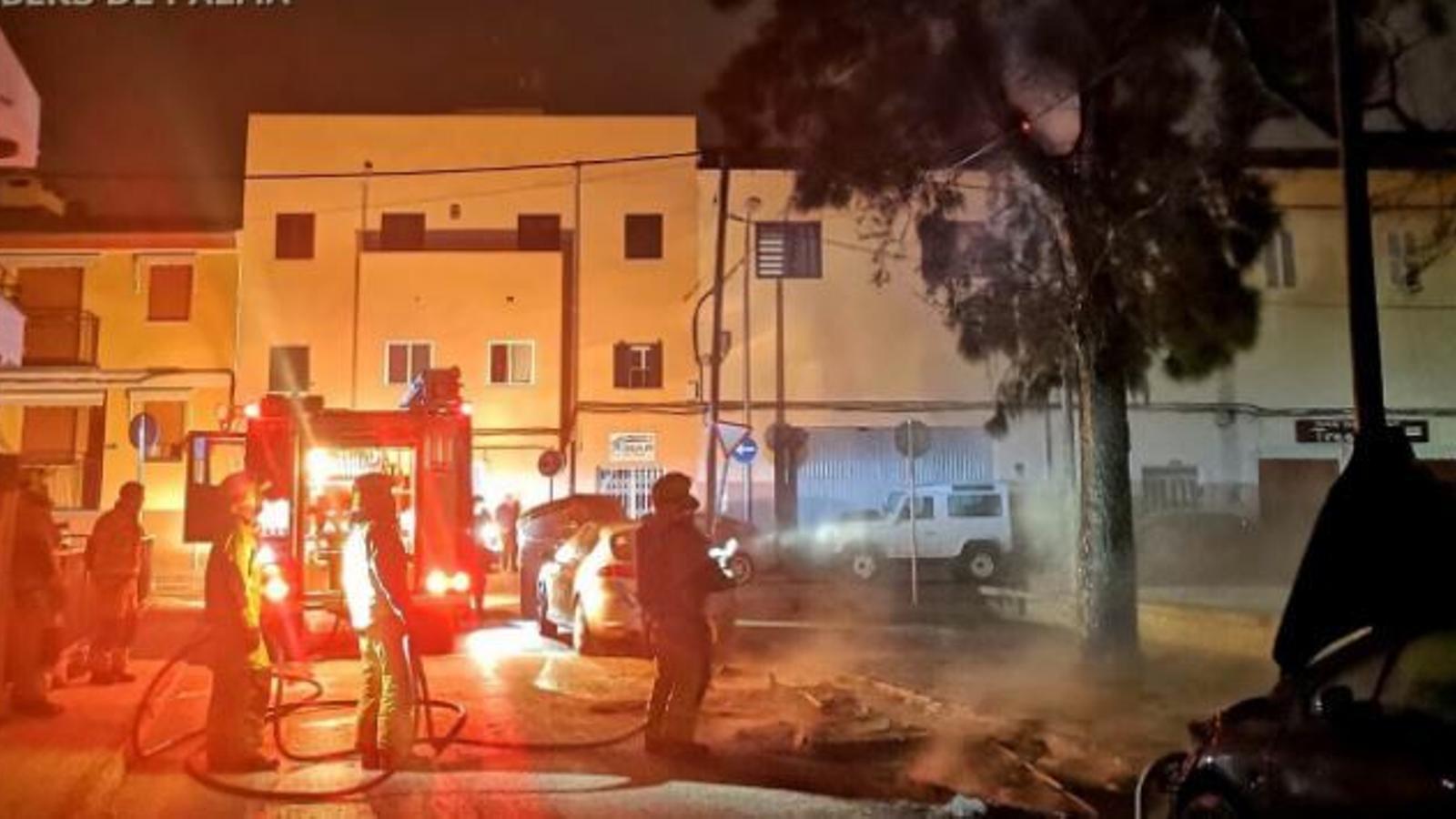 Imatge dels bombers apagant l'incendi. / BOMBERS DE PALMA