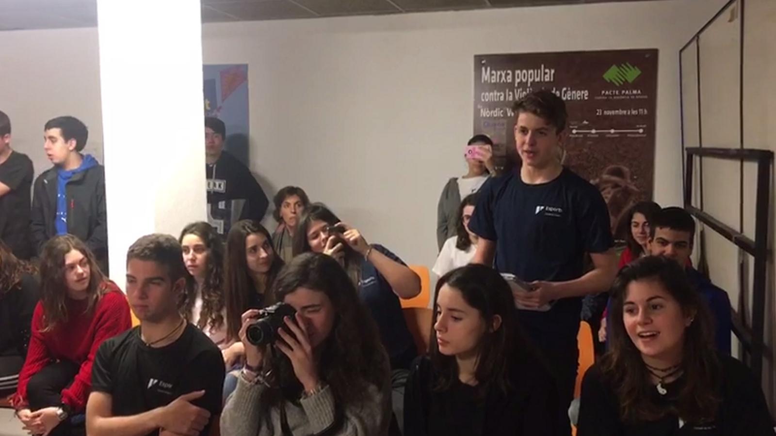 Raúl Nuñez del  Col·legi La Salle fa una pregunta a la sala de premsa de Son Moix
