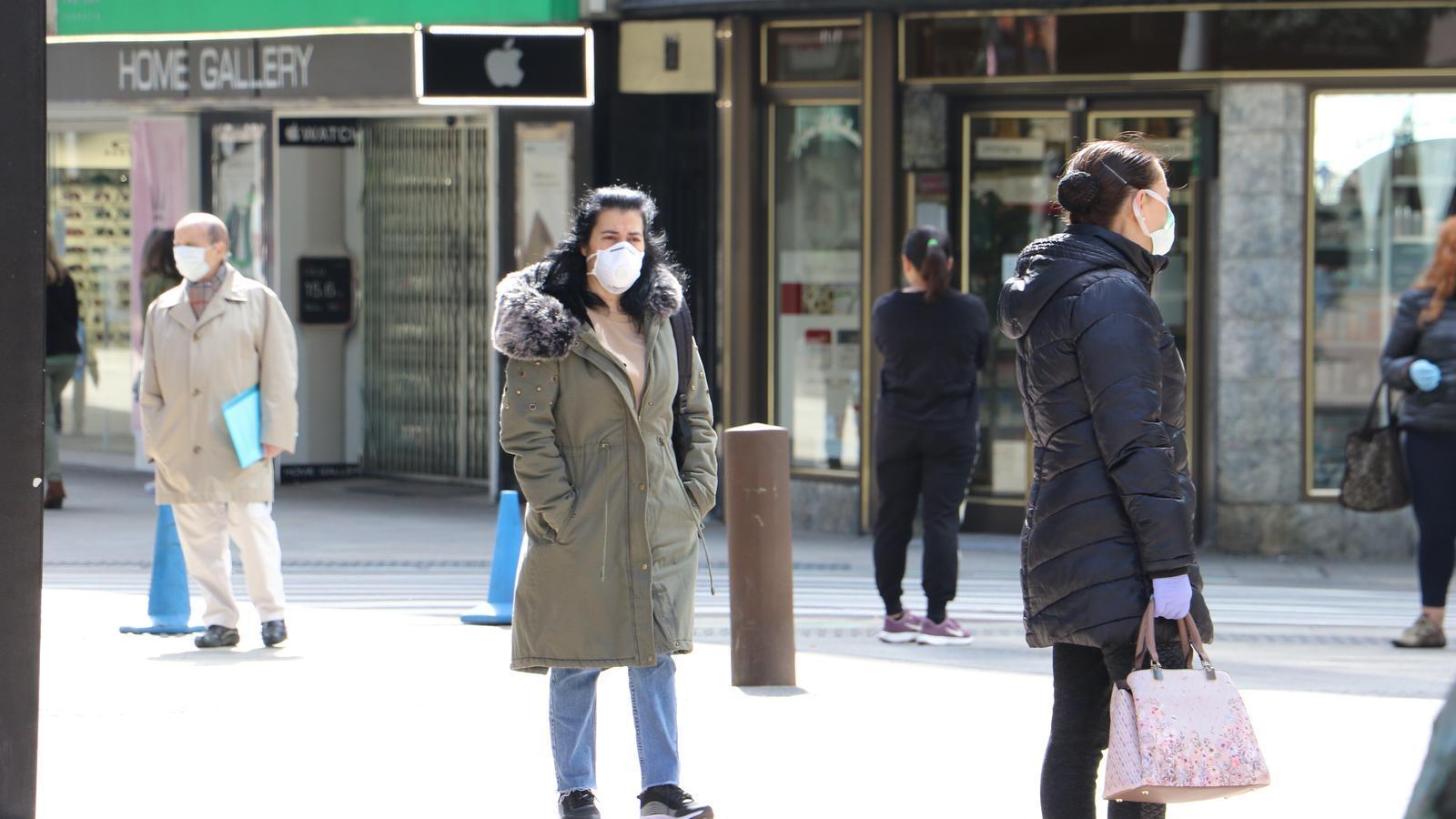 Gent amb mascareta pel carrer. /