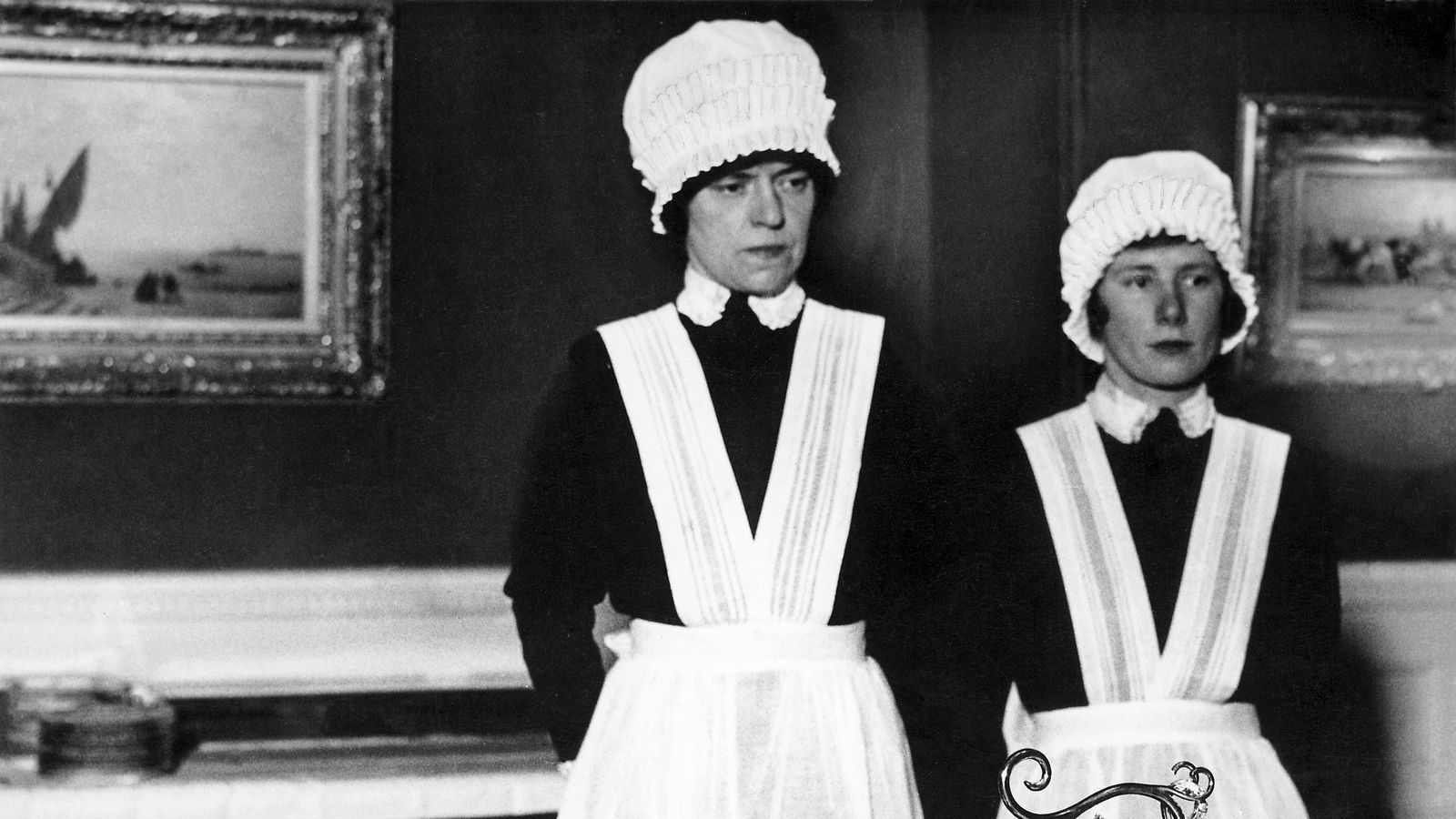 'Cambrera i ajudant de cambrera preparades per servir el sopar', de Bill Brandt (1936)
