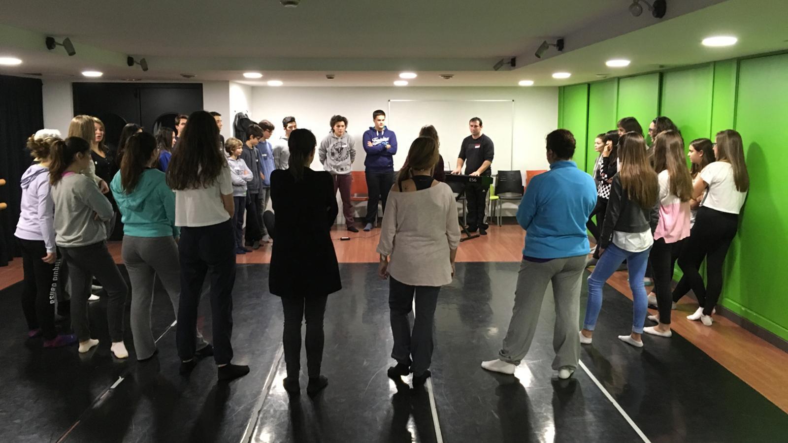 Un moment del taller de teatre musical del Laboratori de les arts. / COMÚ SANT JULIÀ DE LÒRIA