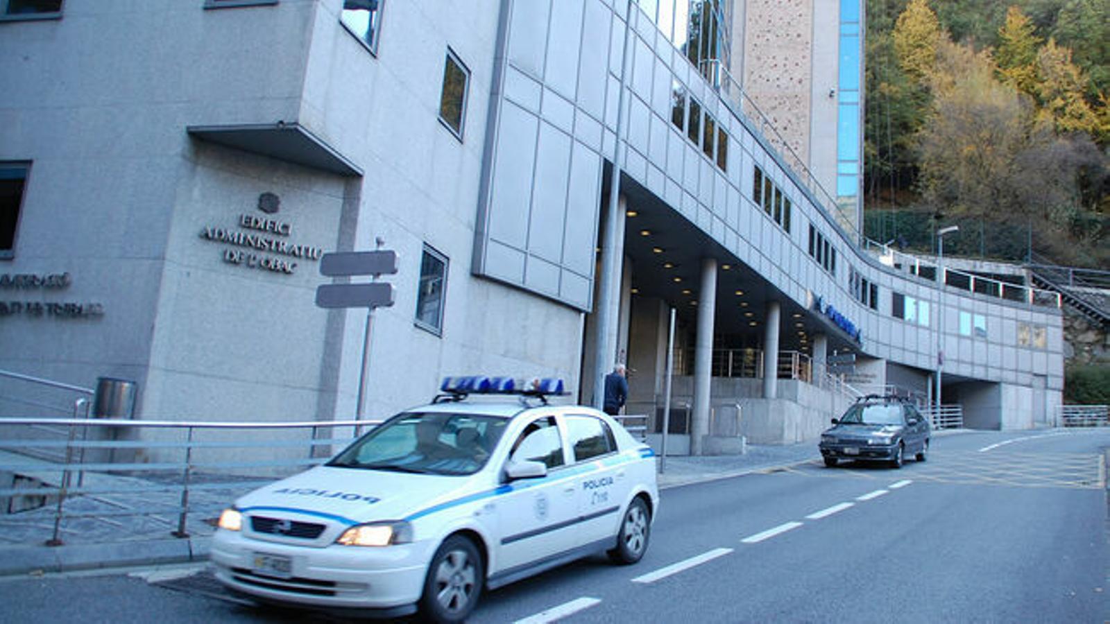 Un vehicle policia passa per davant de la seu central. / ANA