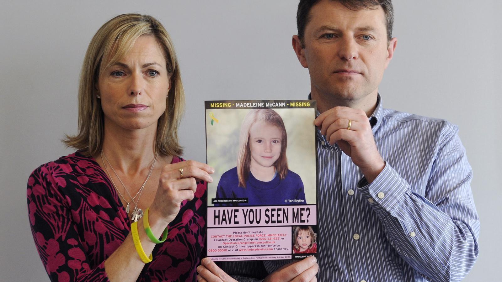 Kate i Gerry McCann sostenen una imatge virtual de la seva filla, Madeleine, feta cinc anys després de la desaparició