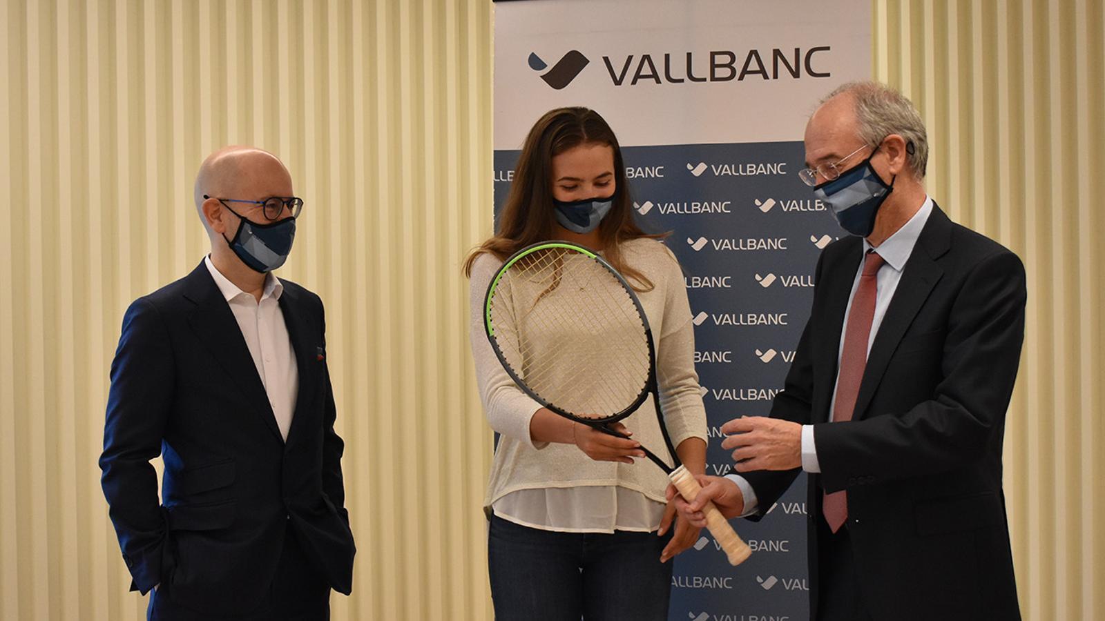 La tenista Vicky Jiménez, al centre, acompanyada dels directius del banc, aquest dilluns. / M. F.