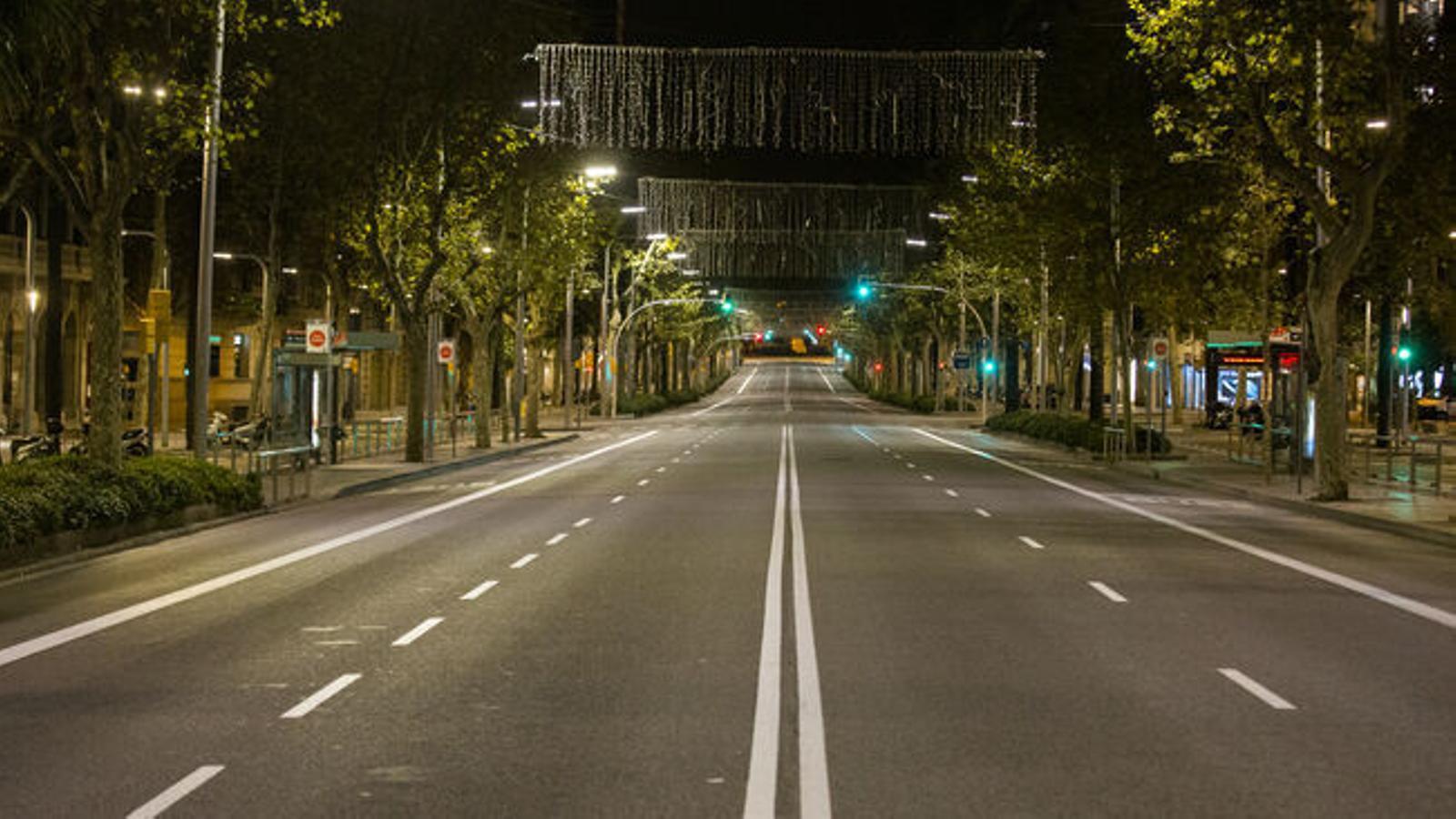Una inusual avinguda de la Diagonal buida, amb els llums de Nadal apagats, el primer dia del toc de queda nocturn / MARC ROVIRA