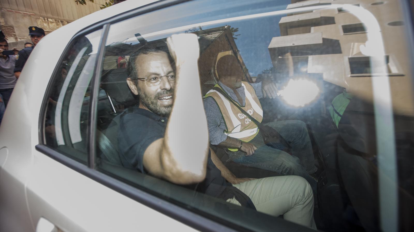 Sandro Rosell acusa la policia d'introduir sobres de diners a casa seva per incriminar-lo