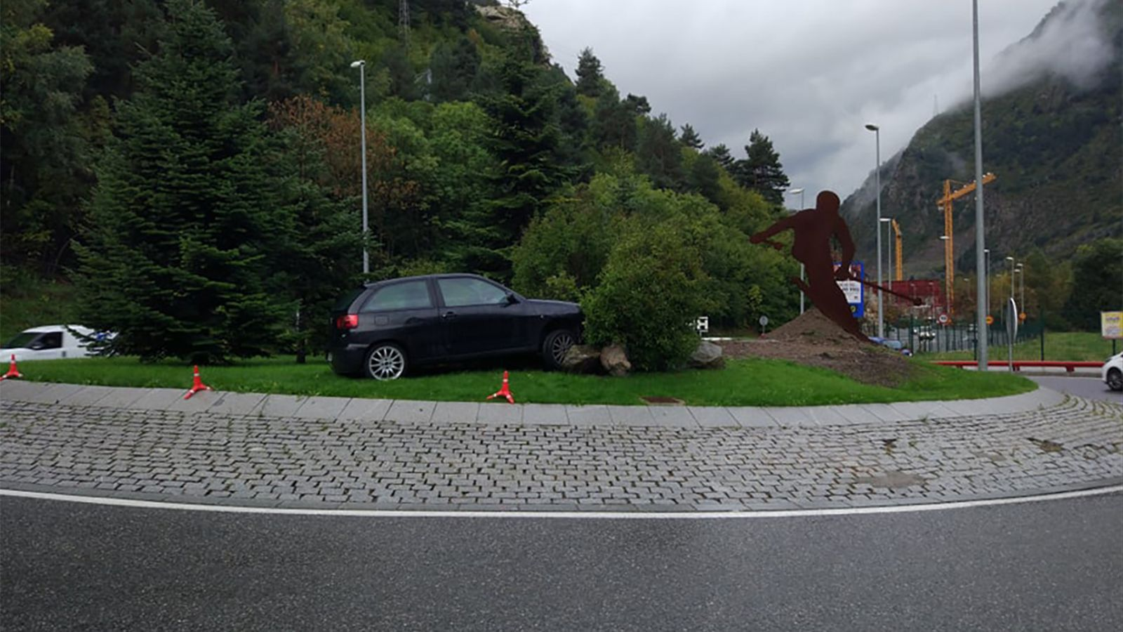 Així ha quedat el vehicle encastat a la rotonda de Valira Nova d'Encamp. / M. M. (ANA)