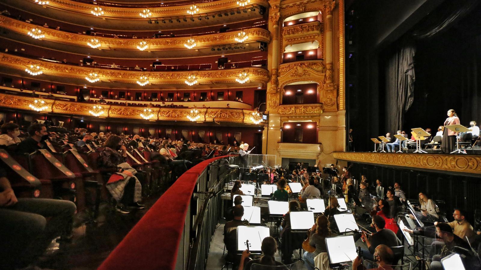 Josep Pons i l'orquestra del Liceu durant la interpretació de '4'33''' de John Cage.
