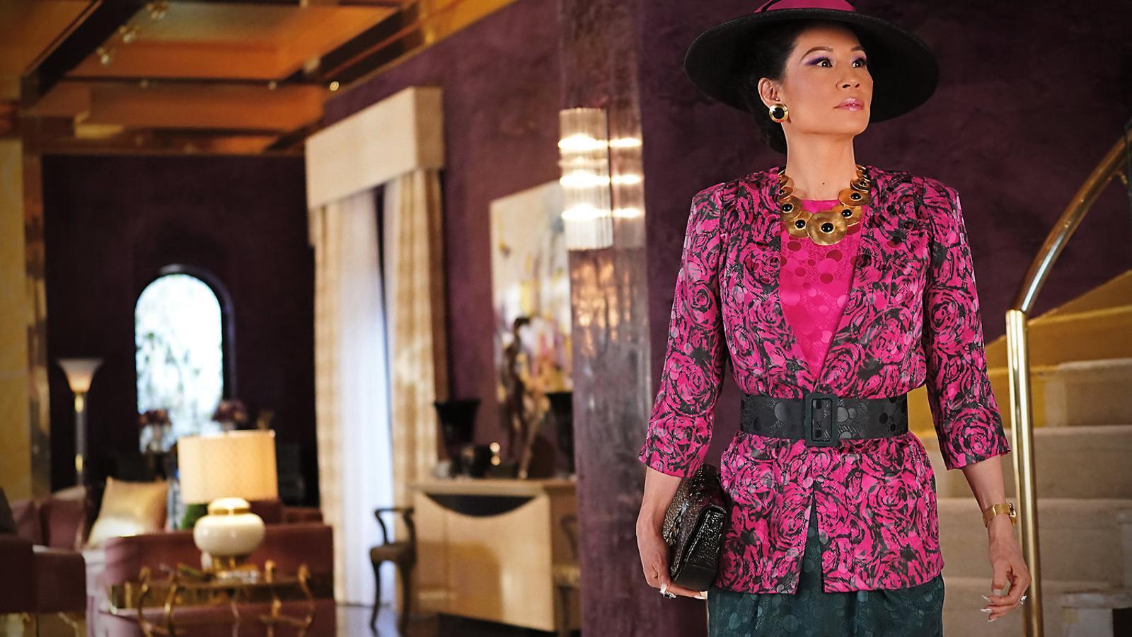Lucy Liu interpreta la Simone, una dona dels anys 80 que descobreix que el seu marit és gai.
