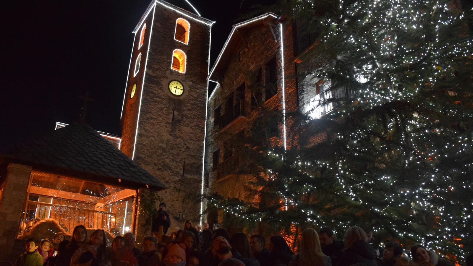 L'arbre i l'església de la parròquia amb les llums enceses. / A.S. (ANA)