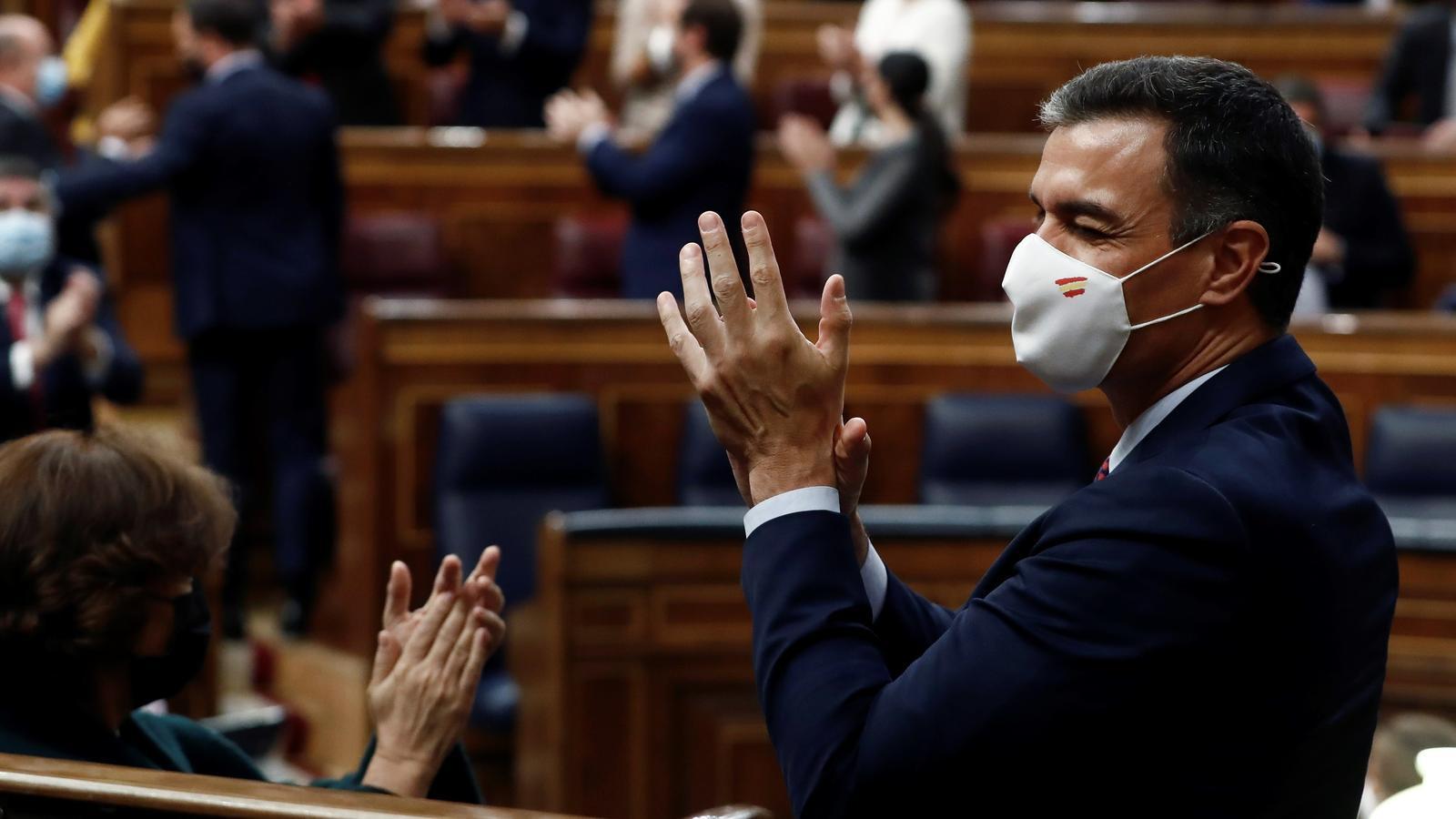 El president del govern espanyol, Pedro Sánchez, celebrant la votació fallida de la moció de censura de Vox aquest dijous al Congrés.