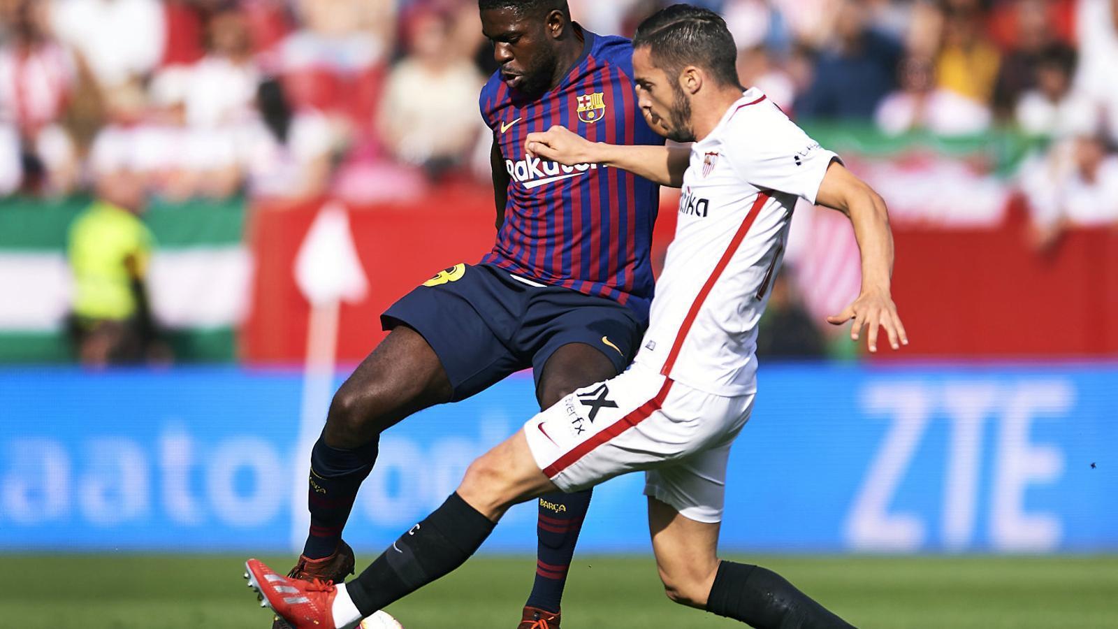 Samuel Umtiti, que ahir va tornar a jugar amb el Barça com a titular, pugna per una pilota amb el jugador del Sevilla Pablo Sarabia.