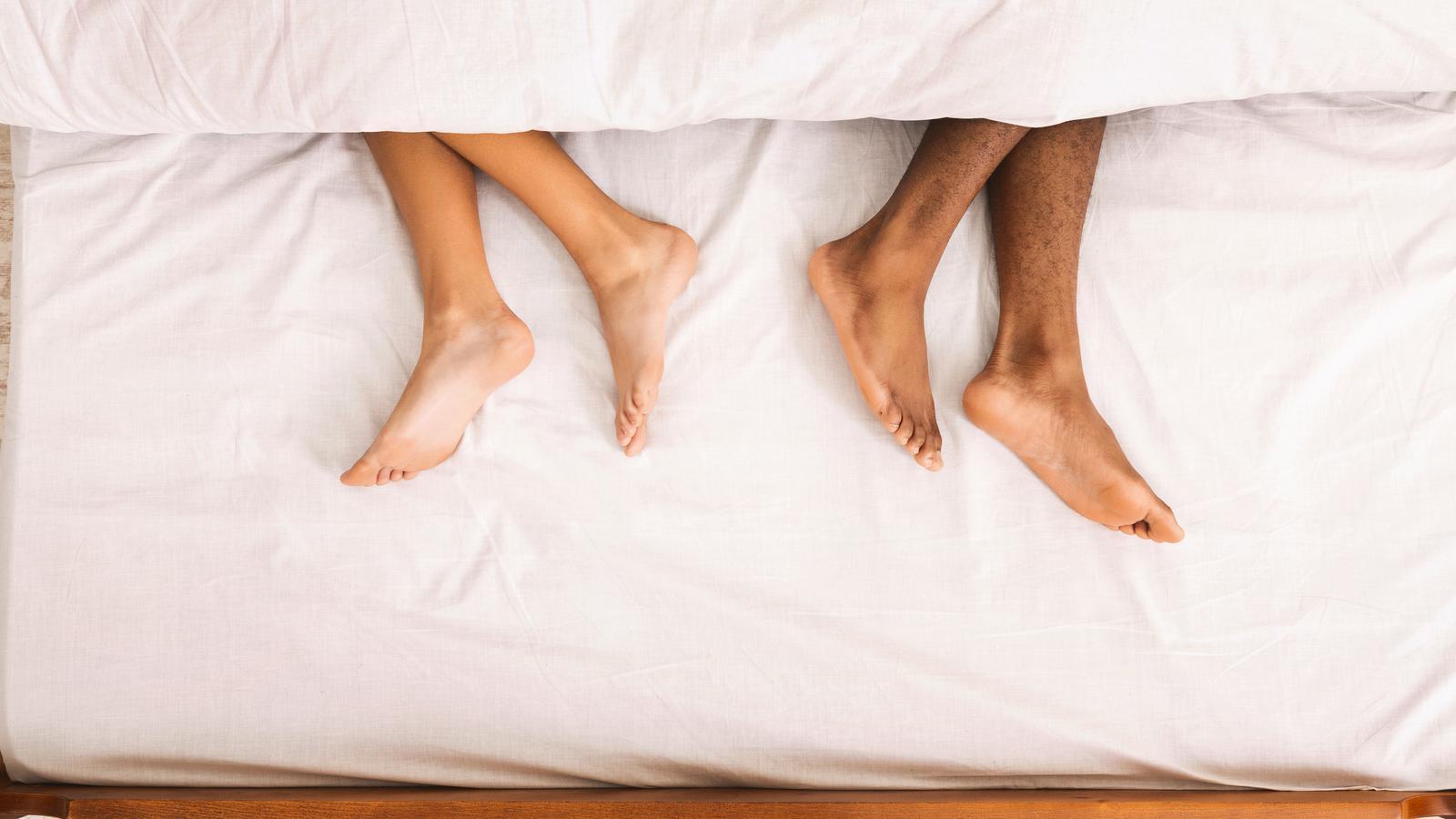 Una parella estirats al llit
