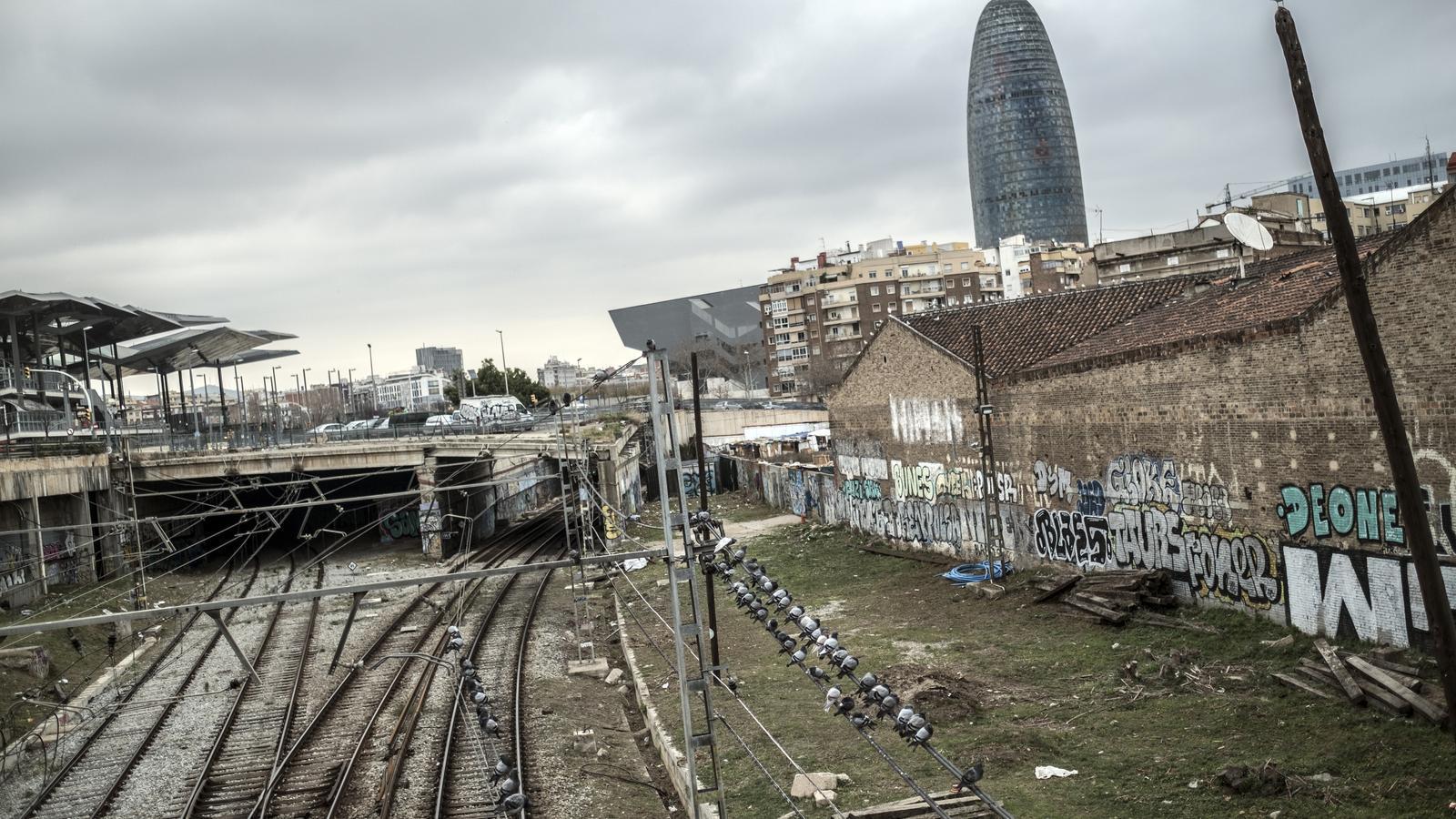 Aspecte del barri del Poblenou, amb descampats i naus industrials en desús.