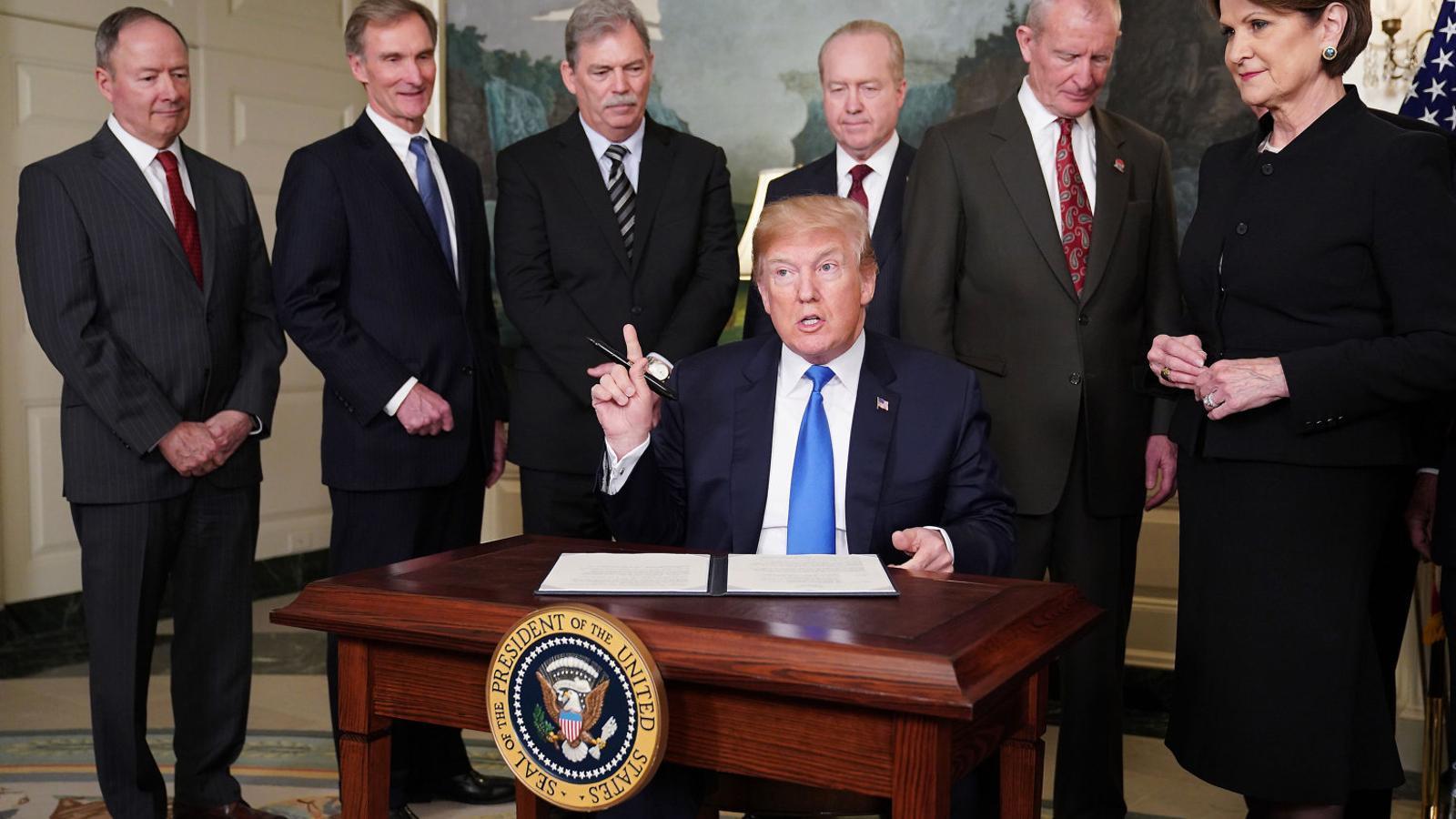 El president Trump signant les noves taxes que s'aplicaran als productes xinesos, ahir a la sala de recepció diplomàtica de la Casa Blanca.