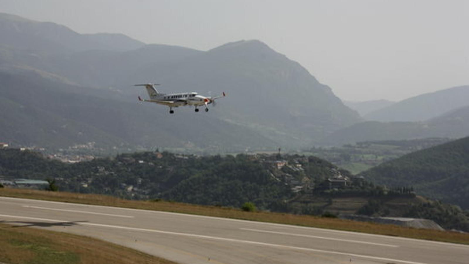 L'avió de verificació de vol, aquest dimarts al matí a l'aeroport d'Andorra-la Seu d'Urgell. / A. L. (ACN)