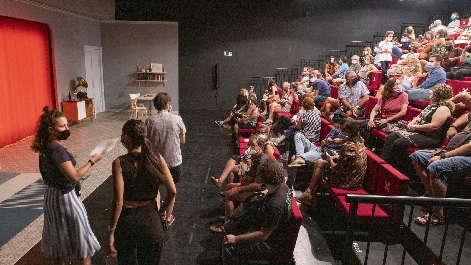 Públic entrant a la Sala Beckett just abans d'una funció aquest juliol