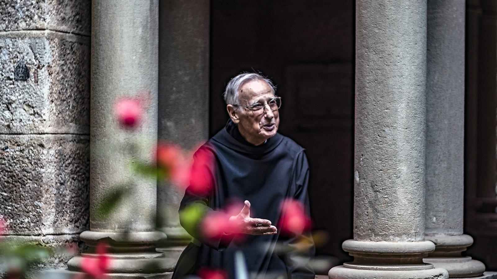 El pare Hilari Raguer al claustre del monestir de Montserrat el 2018, després de fer 90 anys.