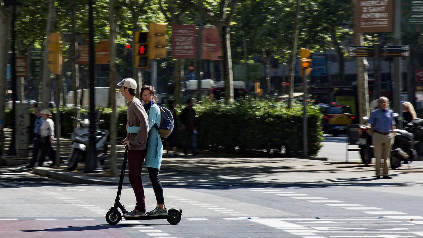 Trànsit vol prohibir que els patinets circulin per la vorera i a més de 25 km/h