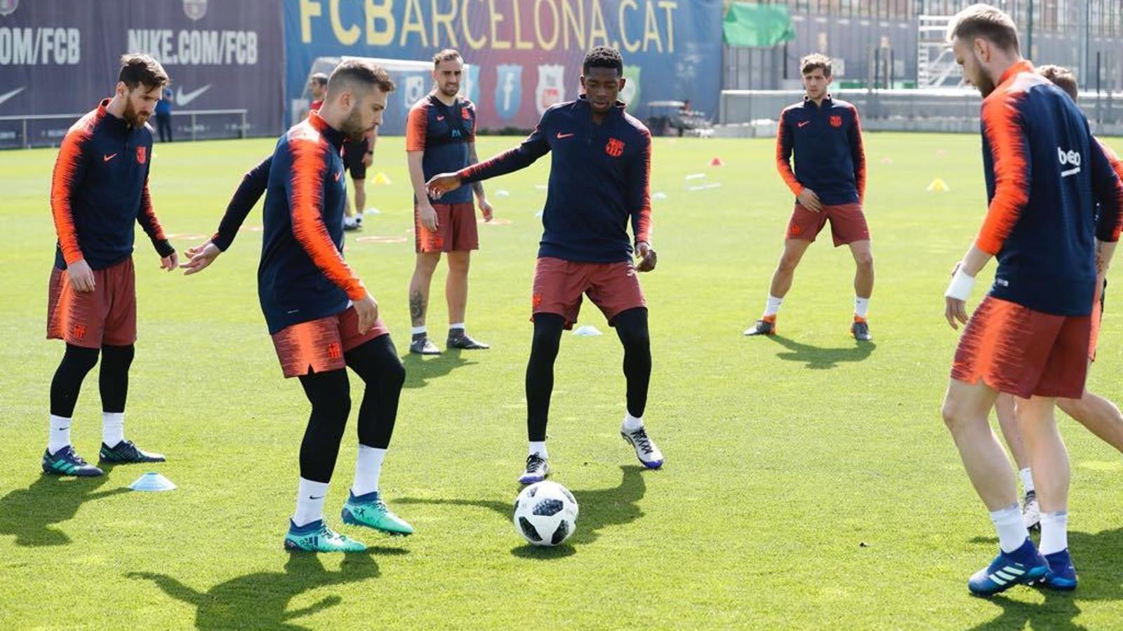 Els jugadors del Barça, durant l'entrenament, amb Rakitic a la dreta