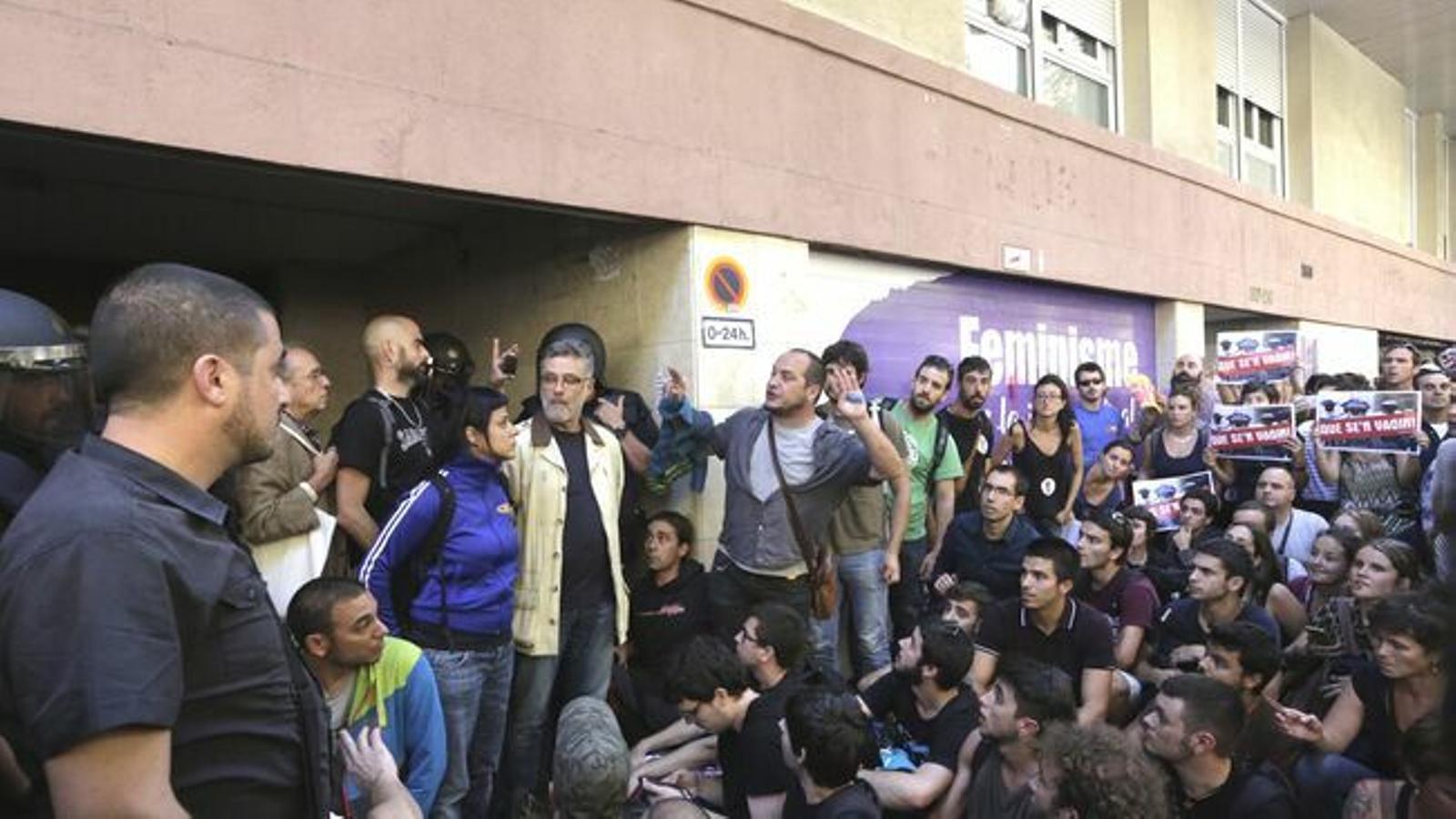 """La justícia veu """"legítim"""" el desplegament sense ordre judicial de la policia a la seu de la CUP el 20-S"""