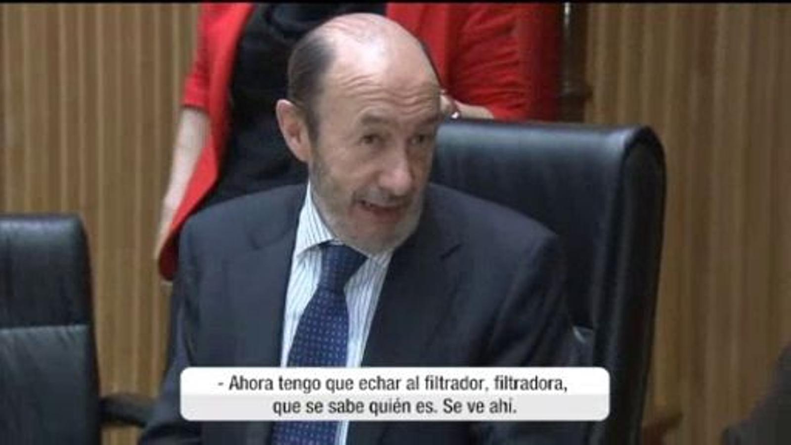 Un micro obert enxampa Rubalcaba volent fer fora una filtradora del PSOE
