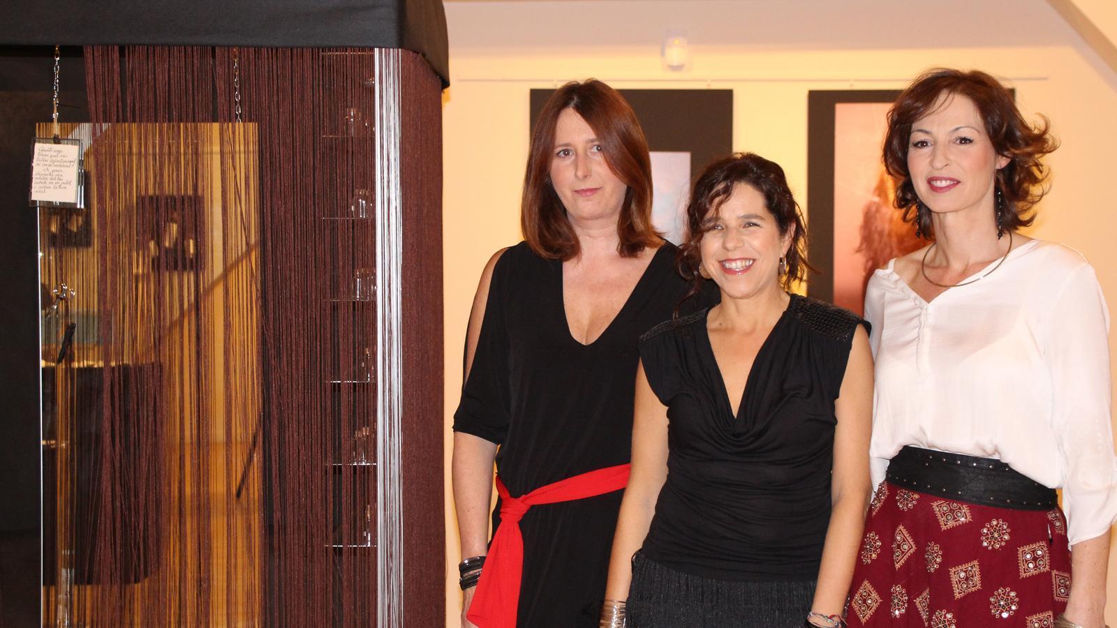 Rosa Mujal, Girasol Blanco i Natàlia Álvarez, al costat de la seva creació conjunta 'La cabina'. / M. R. F.