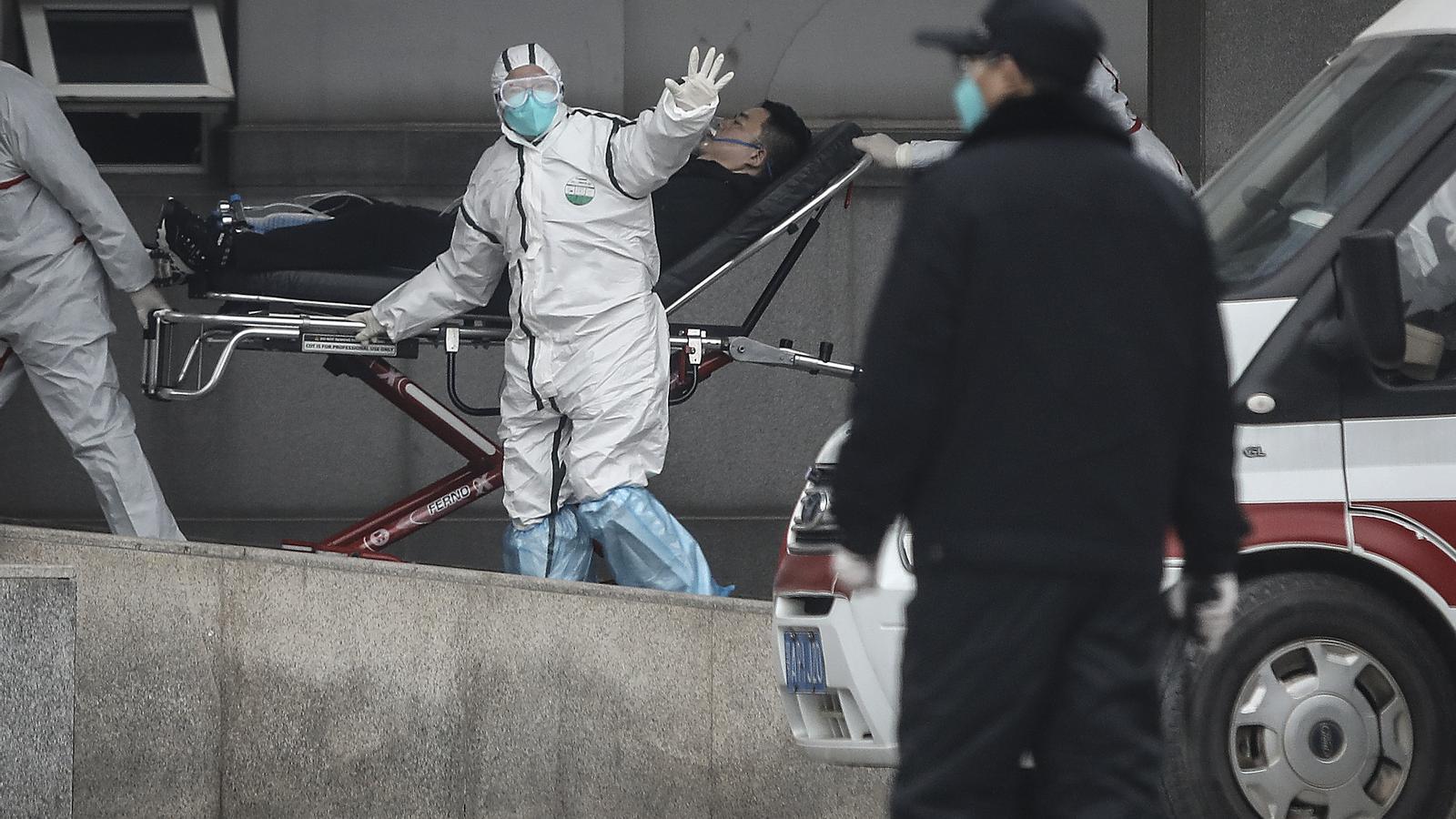 Personal mèdic a l'hosptial Jin Yintan de Wuhan , on s'ha confirmat una segona víctima mortal.