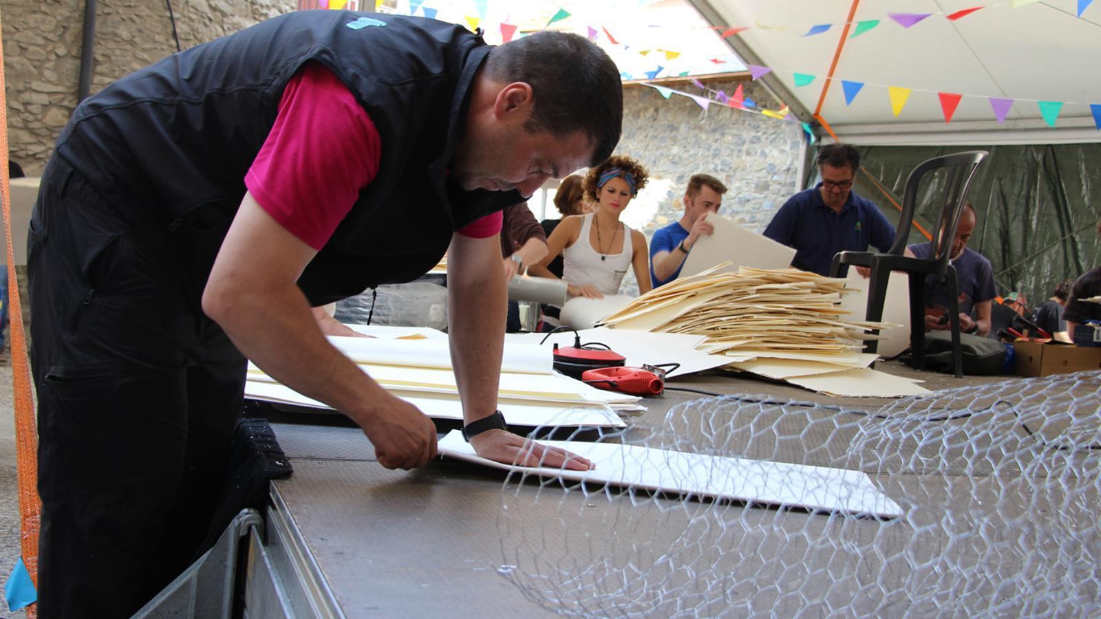 Un moment del taller d'el·laboració de les falles d'Andorra la Vella, a la placeta del Puial. / L. M.