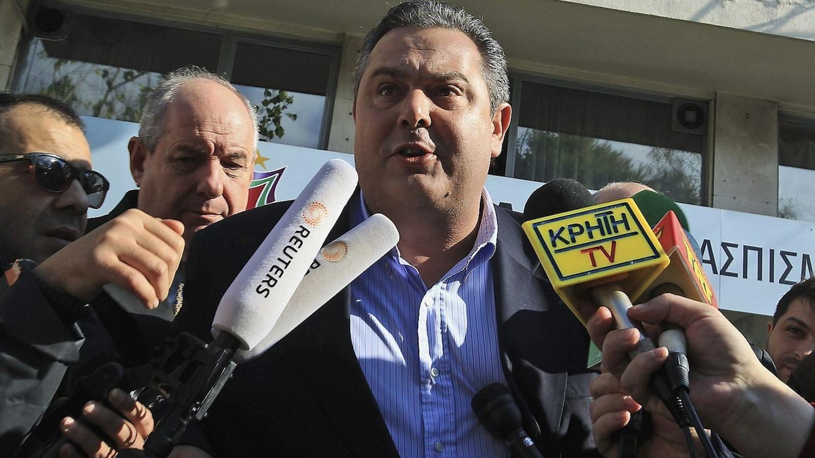 El líder de Grecs Independents, Panos Kammenos, ahir sortint de la seu de Syriza. / SIMELA PANTZARTZI / EFE