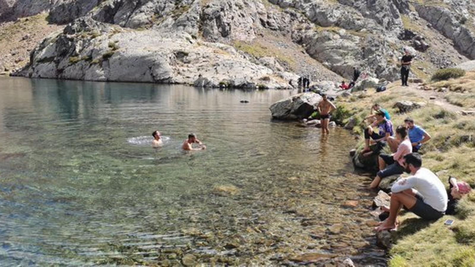 Visitants banyant-se als estanys de la ruta del la Pica d'Estats