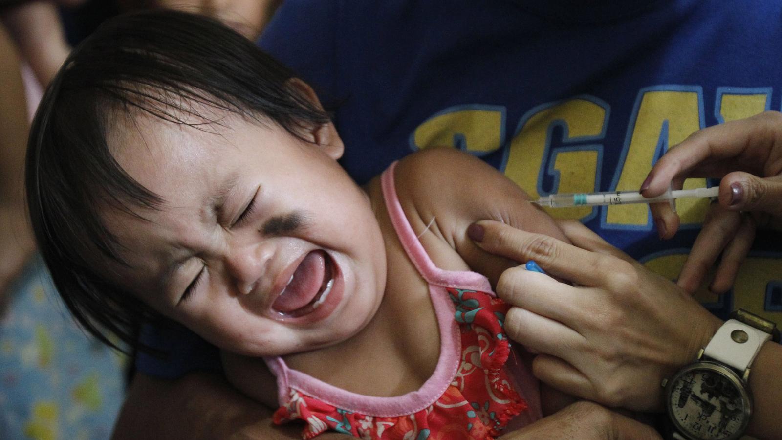 Una nena es vacunada a les Filipines