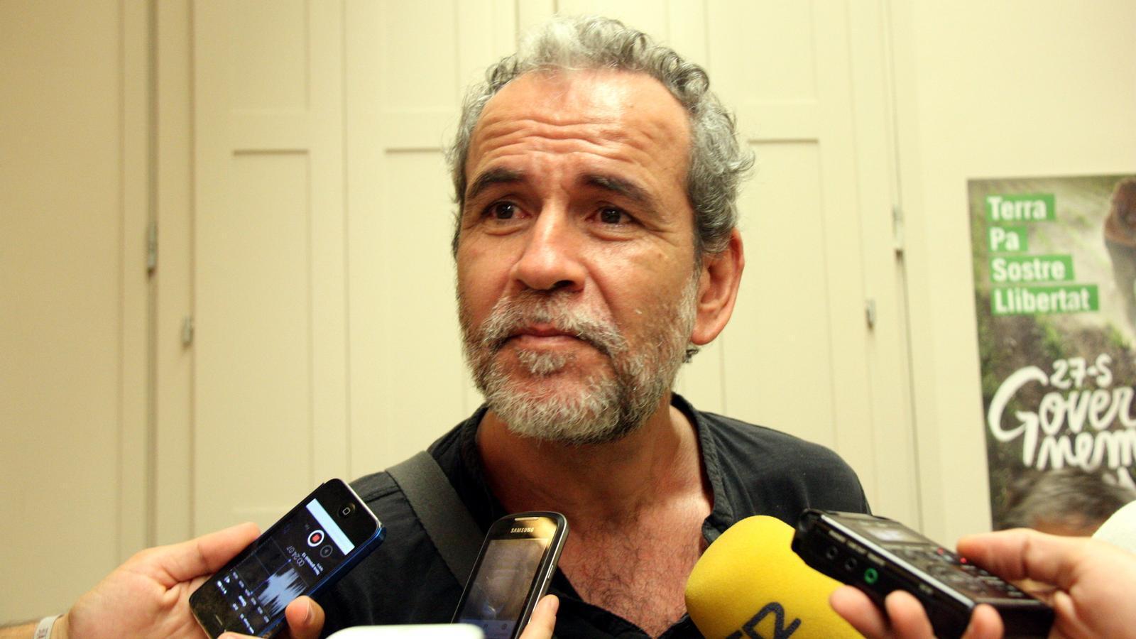 L'actor Willy Toledo va fer acte de presència al míting de la CUP a Gràcia / LAURA BUSQUETS (ACN)
