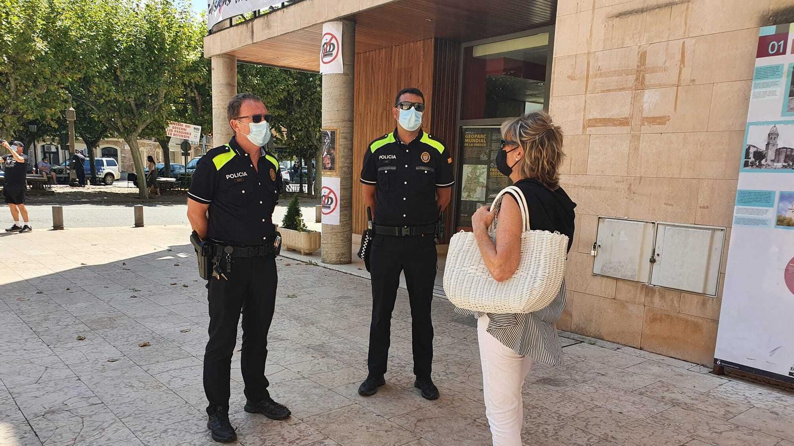 Agents de la policia local de Tremp fent tasques de conscienciació. / AJUNTAMENT DE TREMP