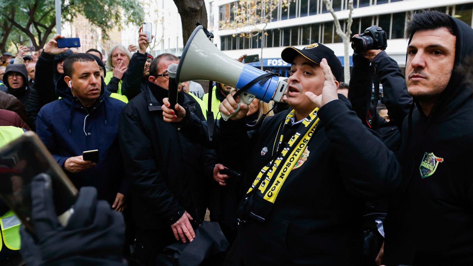 Els taxis convoquen vaga indefinida per considerar massa tou el decret del Govern que limita Uber i Cabify