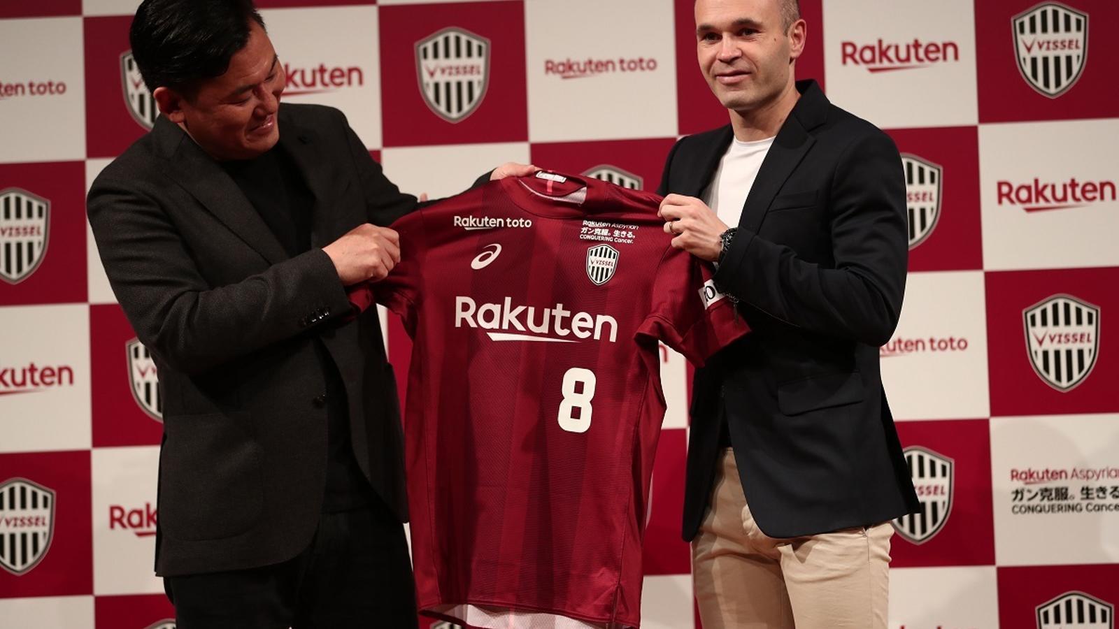 Iniesta, amb Mikitani, durant la presentació del manxec com a nou jugador del Vissel Kobe