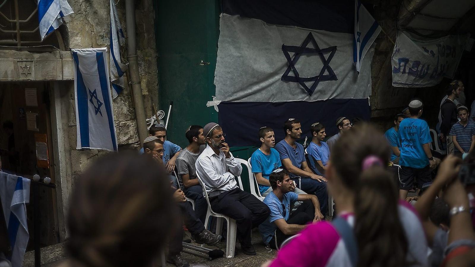 Reunió de joves colons jueus  en un centre  de Jerusalem.