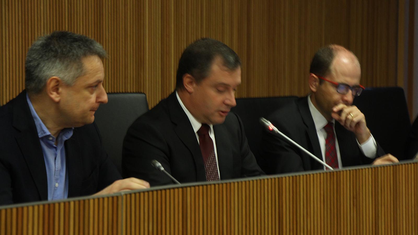 El ministre d'Economia, Competitivitat i Innovació, Gilbert Saboya; el president de la comissió d'Economia, Josep Majoral, i el vicepresident, Carles Jordana durant la compareixença del primer. / B. N.