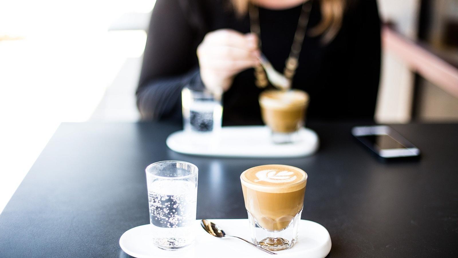 Una persona pren un cafè en un bar. / PIXABAY