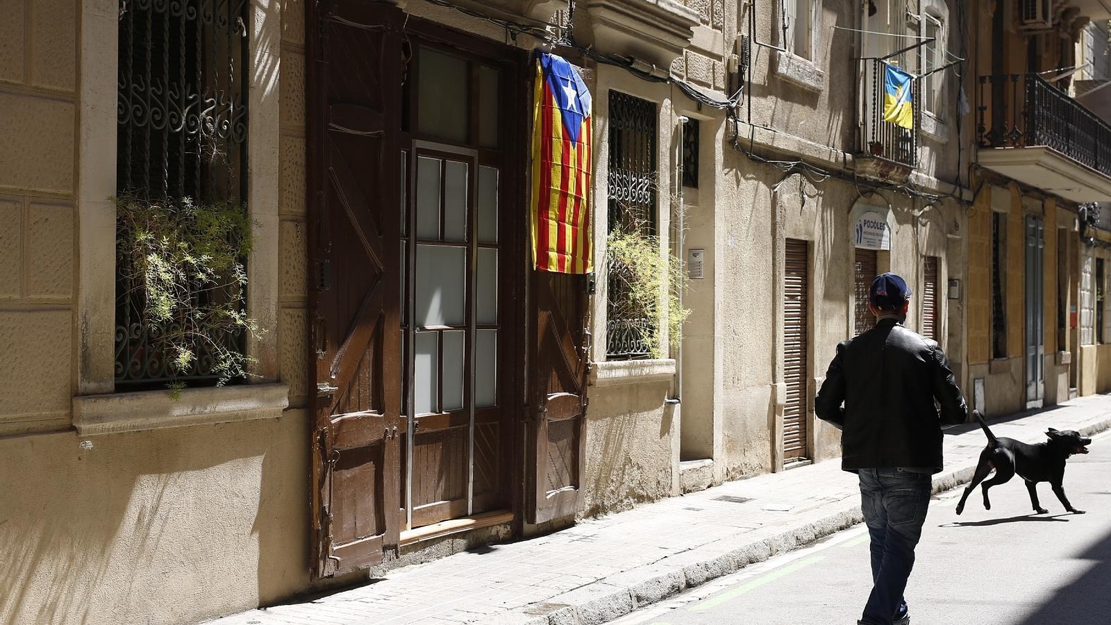 El veí a qui van arrencar l'estelada ha tornat a penjar una altra bandera al portal