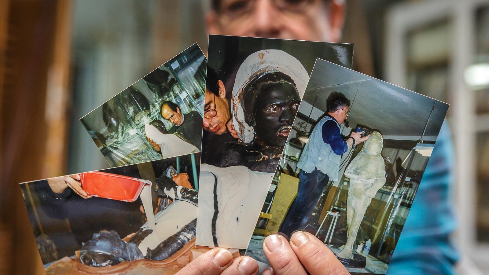 Jordi Bosch al seu taller, amb algunes de les fotografies del boiximà dissecat que entre 1916 i 1997 va exposar-se al Museu Darder de Banyoles / DAVID BORRAT
