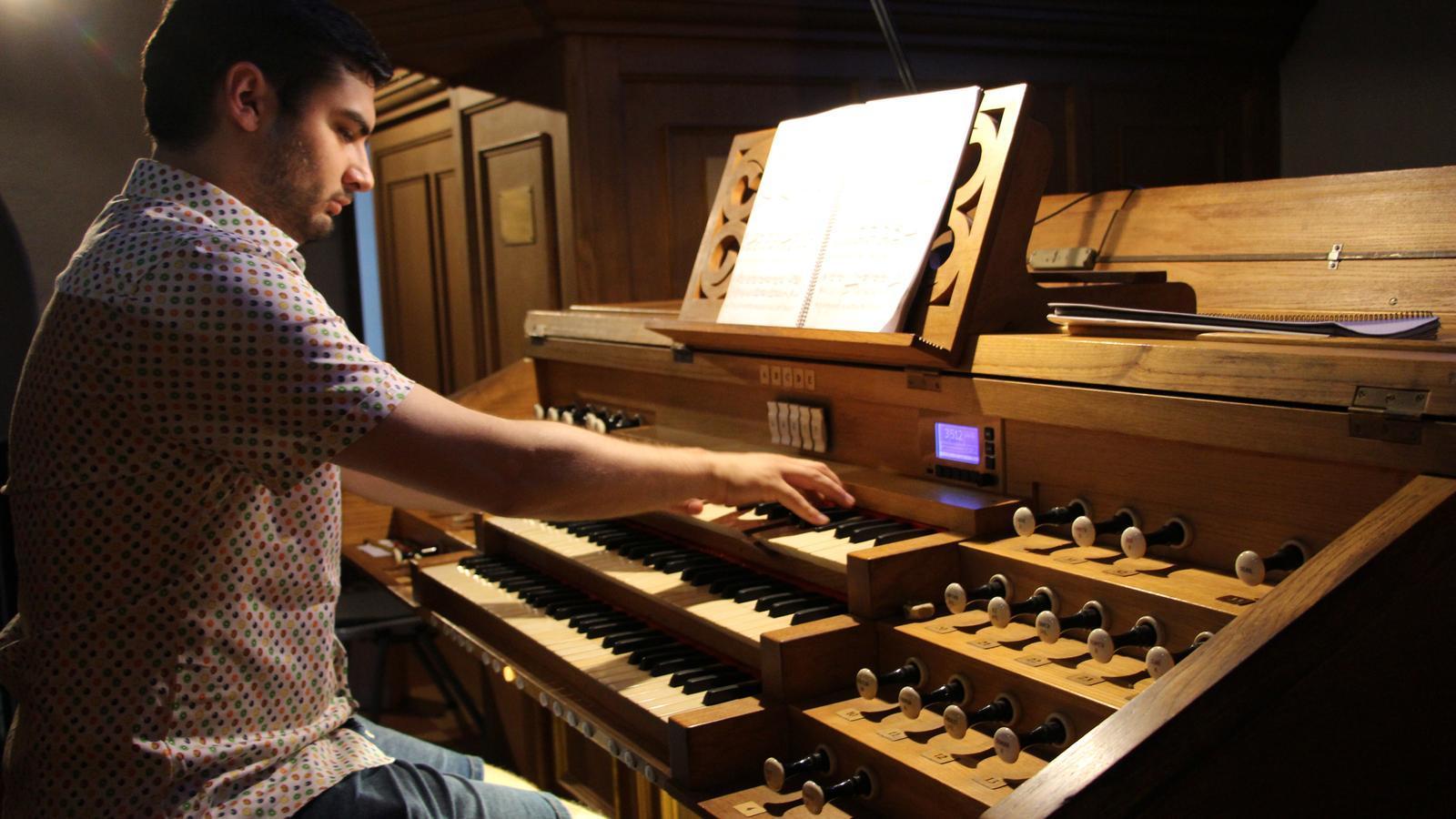 L'intèrpret Aaron Ribas assaja a l'orgue de l'església de Sant Esteve d'Andorra la Vella. / ANA