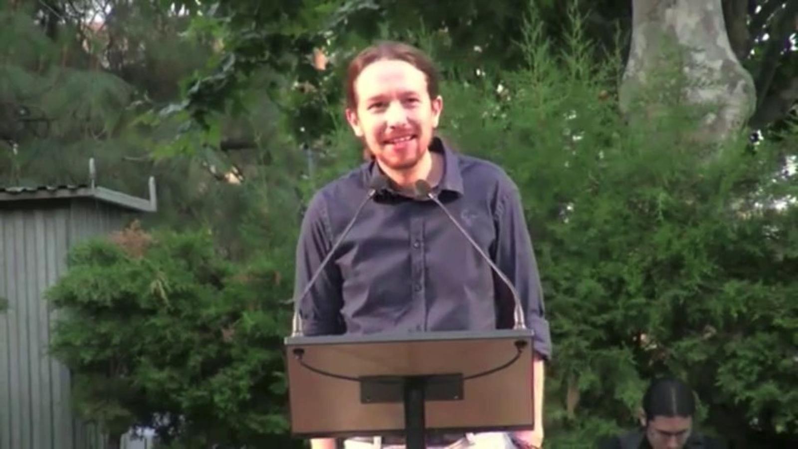 Pablo Iglesias ironitza sobre Mas i Rajoy cantant una estrofa de Pimpinela a Badalona