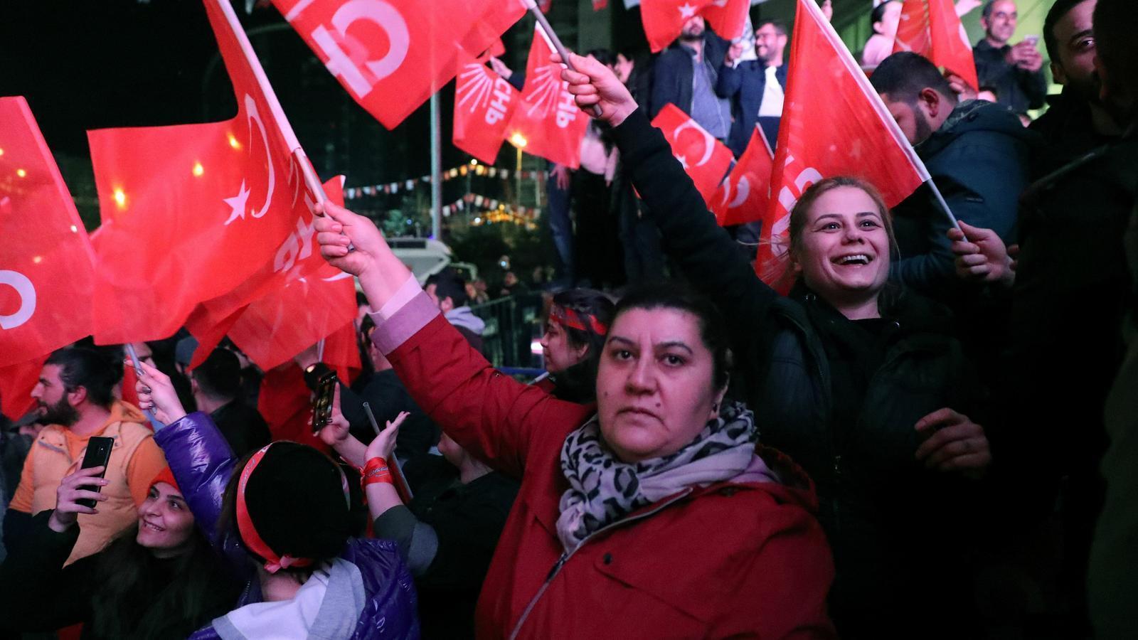 L'oposició encapçala el recompte a Istanbul però el partit d'Erdogan no reconeix la derrota