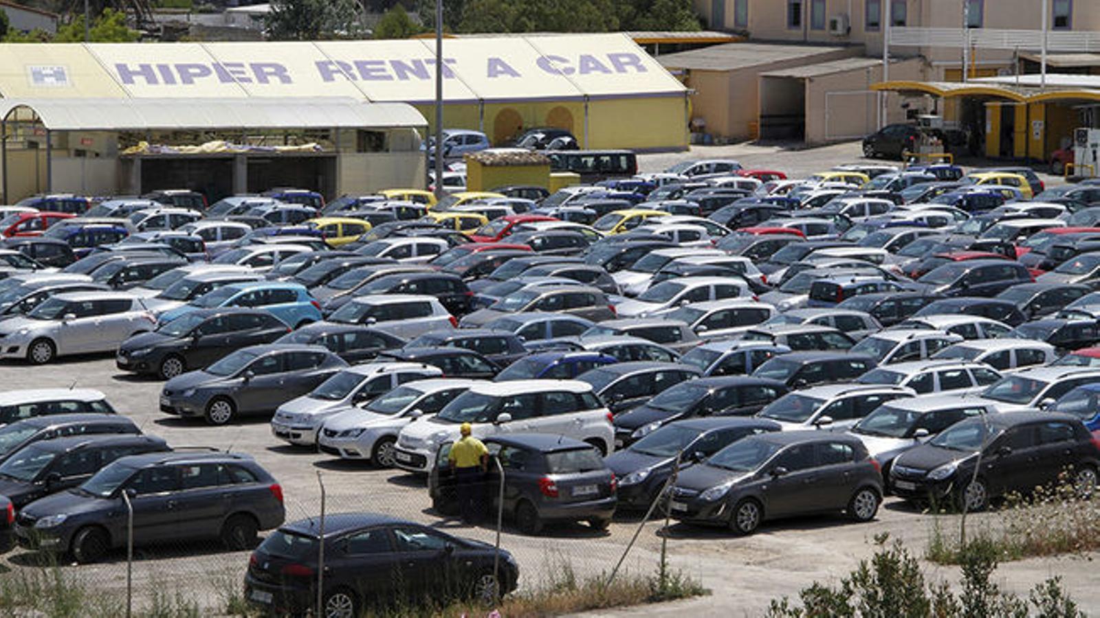 Creus que el Govern ha de limitar el nombre de cotxes de lloguer?