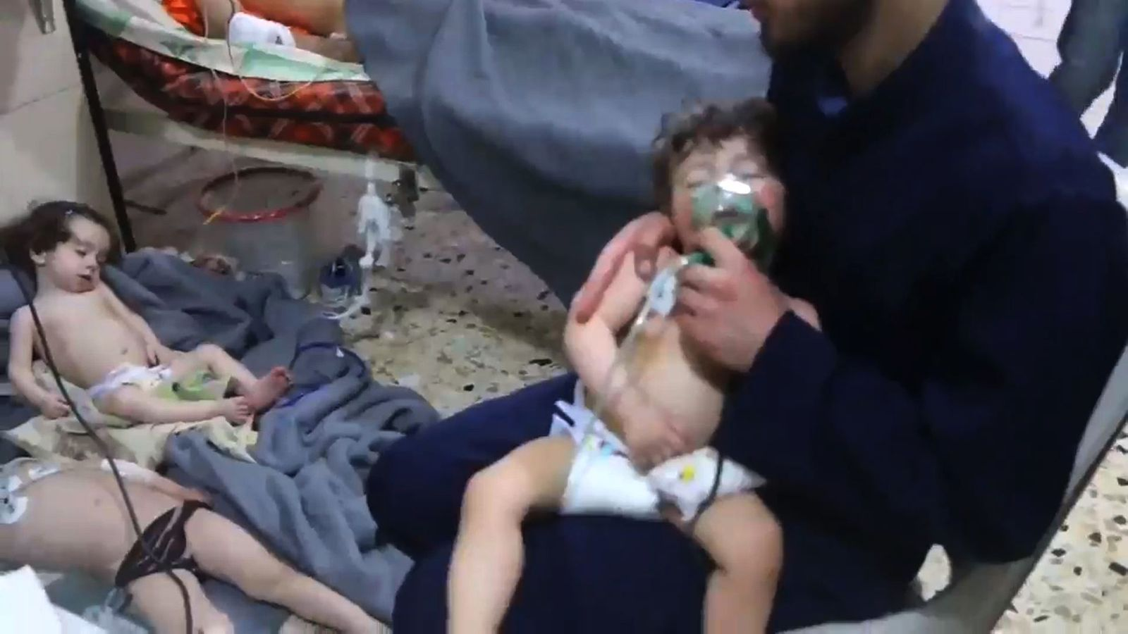 Nens atesos en un hospital de Guta després de l'atac químic del 8 d'abirl de 2018.