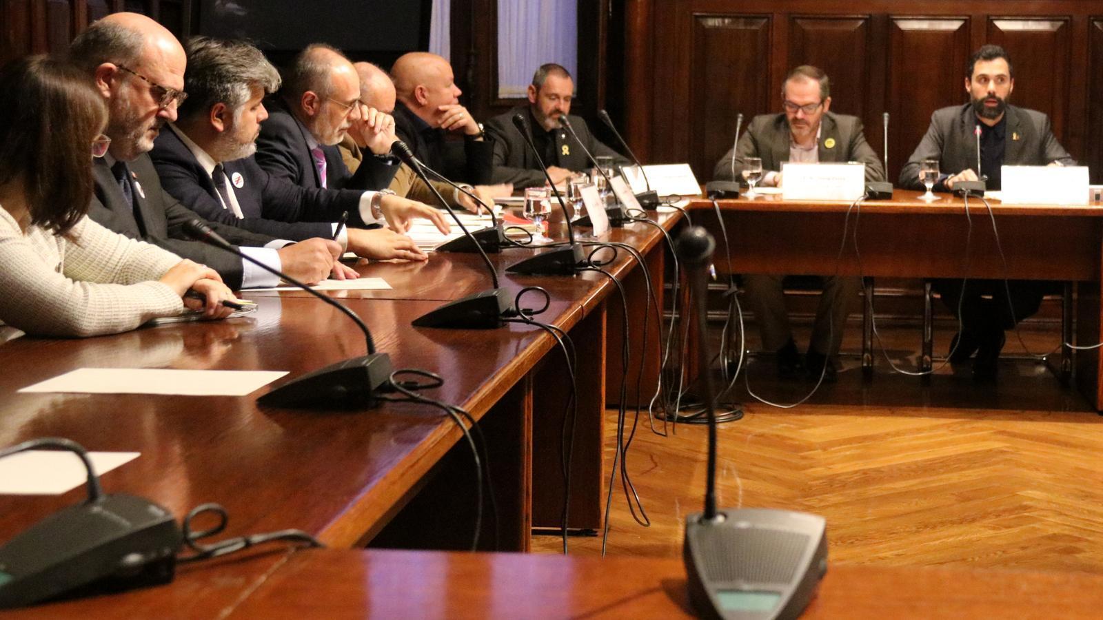 L'independentisme impulsa la comissió del reglament per intentar investir Puigdemont a distància