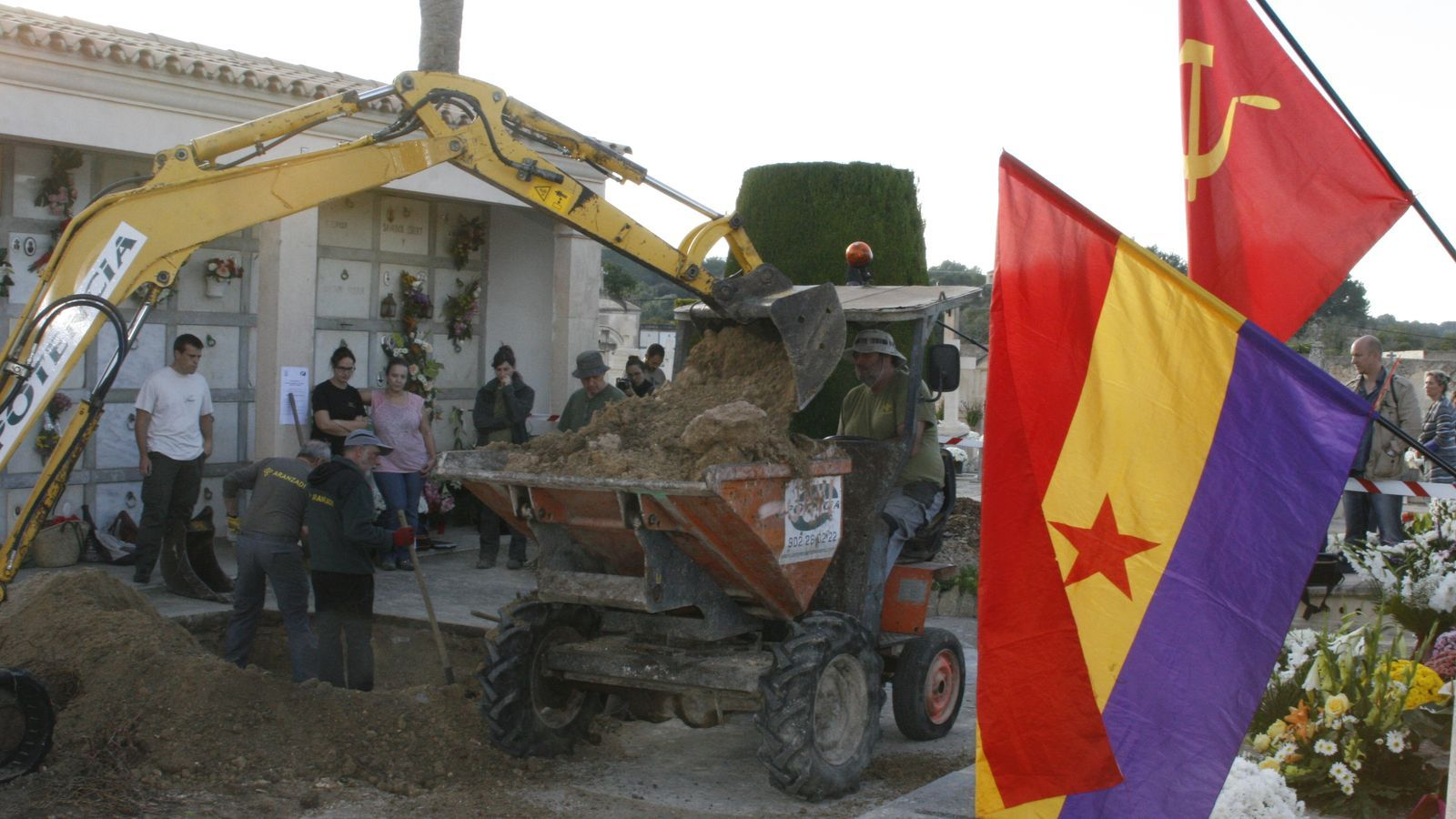 Una bandera republicana i una altra comunista han saludat l'inici de recuperació de molts desapareguts. / M. BARCELÓ
